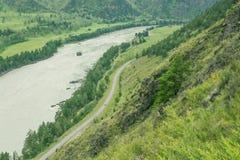 Kształtuje teren z gór drzewami i rzeką Zdjęcia Royalty Free
