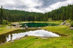 Kształtuje teren dzikiego natury jezioro Fotografia Stock