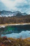 Kształtuje teren dzikiego natury jezioro Misurina Zdjęcie Royalty Free