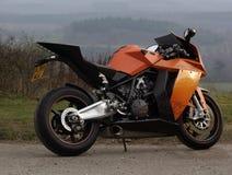 KTM RC8 folâtre la moto au coin de Newlands, Surrey, Angleterre Image stock