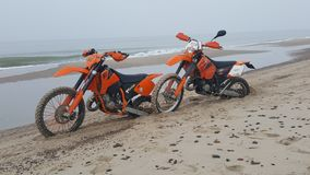 Ktm& x27; s na praia fotos de stock