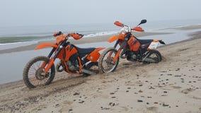 Ktm& x27; s sulla spiaggia fotografie stock