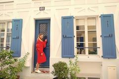 Ktokolwiek do domu Dama gościa pukania czekań właściciela drzwiowy mieszkanie pozwalał ona wchodzić do Kobieta stroju elegancki s obraz stock
