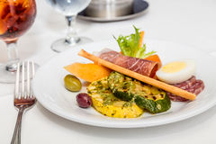 Kött och grönsaker på Antipastoplattan Royaltyfri Foto