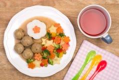 Köttbullar med grönsaker och ris, mål för ett barn Arkivfoton