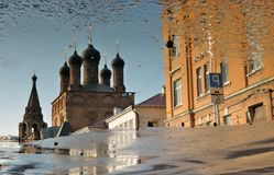 Ktutitsy建筑学在莫斯科 抽象反映水 库存照片