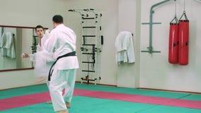 KTwo karatespelare konkurrerar i cirkeln 4k lager videofilmer