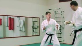 KTwo karatespelare konkurrerar i cirkeln 4k arkivfilmer