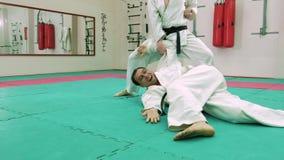 KTwo karatespelare konkurrerar i cirkeln 4k stock video