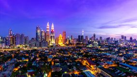 Kuala Lumpur Cityscape Landmark Travel-Ort von Tag Malaysias 4K zum Nachtzeit-Versehen stock video