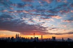Kuala Lumpur Cityscape med det dramatiska molnet i morgonen arkivbilder