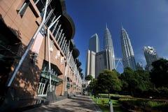 Kuala Lumpur Convention Centre & Petronas torn Royaltyfria Bilder