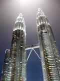 Kuala Lumpur - 9 de fevereiro de 2011: Vista majestosa de torres gêmeas de Petronas na noite em preto e branco Fotos de Stock