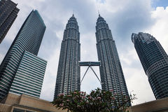 KUALA LUMPUR - 15 de fevereiro: Vista das torres gêmeas de Petronas o 1º de fevereiro Foto de Stock Royalty Free