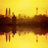 Kuala Lumpur, de hoogste wolkenkrabber en de bezinning du van Maleisië Stock Fotografie