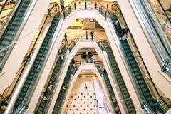 KUALA LUMPUR - 12 DE NOVIEMBRE DE 2012: Clientes que montan en las escaleras móviles dentro de la alameda de compras de Suria KLC Imagen de archivo libre de regalías