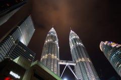 KUALA LUMPUR - 26. DEZEMBER: Petronas ragt am 26. Dezember 2014 in M hoch Lizenzfreie Stockfotografie