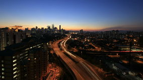 Kuala Lumpur Elevated Highway AKLEH met Stadshorizon in Maleisië bij Zonsondergang Timelapse