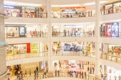 KUALA LUMPUR - 1er mars 2015 : Suria KLCC dans la Tour jumelle de Petronas Photo stock