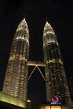 Kuala Lumpur 2017, 17 Februari, Licht van de Tweelingtorens van Petronas van Maleisië bij nacht Stock Afbeelding