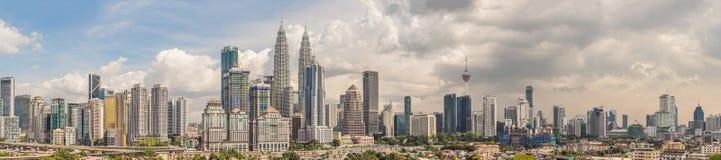 Kuala Lumpur-horizon, mening van de stad, wolkenkrabbers met een mooie hemel in de middag royalty-vrije stock afbeelding
