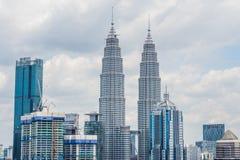 Kuala Lumpur-horizon, mening van de stad, wolkenkrabbers met een mooie hemel in de middag stock afbeelding