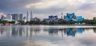 Kuala Lumpur, horizonte de Malasia en el parque de Titiwangsa fotos de archivo