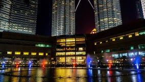 Kuala Lumpur LA MALAISIE - 15 MAI 2018 : Fontaines célèbres pendant la nuit 4K banque de vidéos