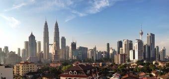 KUALA LUMPUR, am 13. März 2016: Panoramablick von Kuala Lumpur-Skylinen mit Petronas-Twin Towern und anderen Unternehmensgebäuden Lizenzfreie Stockfotos