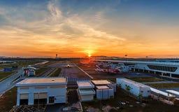 KUALA LUMPUR - 30 MAI 2015 : Avions roulant au sol au terminal chez Kuala Lumpur International Airport 2 (KLIA2), Kuala Lumpur Photo libre de droits