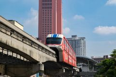 KUALA LUMPUR, MALÁSIA - 9 de abril: Monotrilho do quilolitro em Kuala Lumpur City Center o 9 de abril de 2017 Foto de Stock