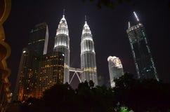Kuala Lumpur, Malásia - 22 de abril de 2017: Opinião da noite das torres gêmeas iluminadas de Petronas em Kuala Lumpur, Malásia fotografia de stock royalty free