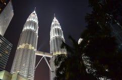 Kuala Lumpur, Malásia - 22 de abril de 2017: Opinião da noite das torres gêmeas iluminadas de Petronas em Kuala Lumpur, Malásia imagem de stock royalty free