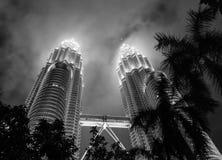 Kuala Lumpur, Malásia - 26 de dezembro de 2016: Imagem preto e branco das torres de Petronas do nível da rua Imagens de Stock