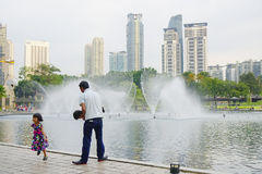 KUALA LUMPUR, MALÁSIA - 10 DE JANEIRO DE 2017: As fontes do Petronas elevam-se, os arranha-céus famosos em Kuala Lumpur, Malásia Fotos de Stock