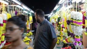 Kuala Lumpur, Malásia - 17 de julho de 2018: A flor de festões colorida que vende no mercado para nos Brickfields pouca Índia filme