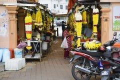 Kuala Lumpur, Malásia - 18 de julho de 2018: A flor de festões colorida que vende no mercado para nos Brickfields pouca Índia em  Foto de Stock