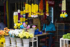 Kuala Lumpur, Malásia - 18 de julho de 2018: Floristas em suas tendas em Kuala Lumpur Little India em Malásia Fotos de Stock