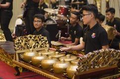 KUALA LUMPUR, MALÁSIA 12 DE JULHO DE 2017: Grupo de malaio com a orquestra de execução de Gamelan do songket e o instrumento de m Fotos de Stock