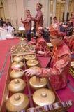 KUALA LUMPUR, MALÁSIA 12 DE JULHO DE 2017: Grupo de malaio com a orquestra de execução de Gamelan do songket e o instrumento de m Foto de Stock