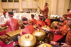 KUALA LUMPUR, MALÁSIA 12 DE JULHO DE 2017: Grupo de malaio com a orquestra de execução de Gamelan do songket e o instrumento de m Imagens de Stock Royalty Free