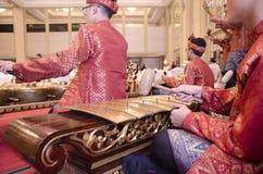 KUALA LUMPUR, MALÁSIA 12 DE JULHO DE 2017: Grupo de malaio com a orquestra de execução de Gamelan do songket e o instrumento de m Imagem de Stock Royalty Free