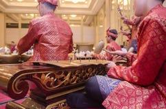KUALA LUMPUR, MALÁSIA 12 DE JULHO DE 2017: Grupo de malaio com a orquestra de execução de Gamelan do songket e o instrumento de m Imagens de Stock