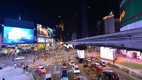 Kuala Lumpur, Malásia - 17 de julho de 2018: Lapso da noite do tráfego em Jalan Bukit Bintang filme