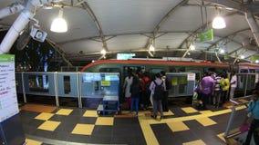 Kuala Lumpur, Malásia - 18 de julho de 2018: Lapso de tempo da espera dos povos na parada de Bukit Bintang do monotrilho do quilo video estoque