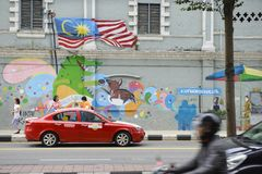 Kuala Lumpur, Malásia - 18 de julho de 2018: Um estacionamento do táxi na rua e nas paredes pintadas em Kuala Lumpur Fotografia de Stock Royalty Free