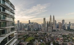 KUALA LUMPUR, MALÁSIA - 3 DE JUNHO: Cidade de Kuala Lumpur o 3 de junho de 2017 em Malásia Vista da torre gêmea durante a luz do  fotografia de stock royalty free