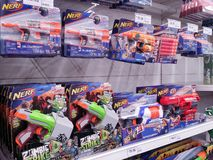 KUALA LUMPUR, MALÁSIA - 20 DE MAIO DE 2017: Variedade de brinquedo de Nerf no supermercado foto de stock