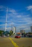 Kuala Lumpur, Malásia - 9 de março de 2017: Ondulação da bandeira de Malásia alta no quadrado de Merdaka, na cidade na cidade Fotografia de Stock