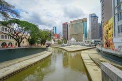 Kuala Lumpur, Malásia - 9 de março de 2017: Opinião bonita da arquitetura da cidade da baixa com bifurcação do rio de Klang e de  Imagem de Stock Royalty Free